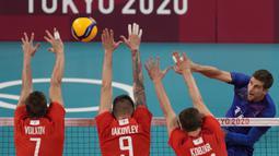 Pemain Prancis Trevor Clevenot melakukan spike saat melawan Russian Olympic Committee pada pertandingan final bola voli putra Olimpiade Tokyo 2020 di Tokyo, Jepang, Sabtu (7/8/2021). Prancis mengalahkan ROC 3-2. (AP Photo/Frank Augstein)