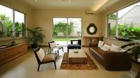 Interior rumah hangat dengan material kayu maupun furnitur yang menyerupai kayu dalam hal bentuk dan warna, karya Architectron. (dok. Architectron/Arsitag.com)