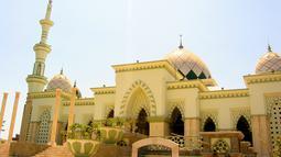 Masjid Raya Makassar terletak di Sulawesi Selatan. Masjid ini dibangun pada tahun 1948 dan dirancang oleh arsitek Muhammad Soebardjo setelah memenangi sayembara. Masjid ini dapat menampung hingga 10.000 jamaah. (Istimewa)