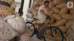 Pekerja membawa sepeda kayu di Gedung LIPI , Cibinong, Kabupaten Bogor, Jawa Barat, Rabu (30/10/2019). Satu pohon bisa menghasilkan 30 frame sepeda dan proses satu hari 3 frame sepeda, produk sepeda biocycle sudah di  sejak tahun riset 2015. (Liputan6.com/Herman Zakharia)