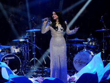 Solois Rossa tampil dalam Konser Ramadan Penuh Syukur di Studio Penta SCTV, Jakarta, (16 /7/14) (Liputan6.com/ Andrian Martinus).