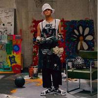 Belum genap dua minggu setelah menyelesaikan wajib militernya, G-Dragon menggebrak dengan sepatu hasil kolaborasi bersama Nike. (dok. Instagram @xxxibgdrgn/https://www.instagram.com/p/B4b2UWoHA2a/Dinny Mutiah)