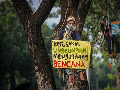 Aktivis melakukan aksi damai di depan Balaikota DKI Jakarta, Senin (7/6/2021). Aksi tersebut mengangkat permasalahan lingkungan hidup di DKI Jakarta yang menjadi pekerjaan rumah pemerintah daerah, dan harus dituntaskan untuk memulihkan keadaan darurat ekologis Jakarta. (Liputan6.com/Faizal Fanani)