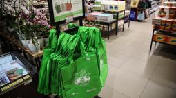 Salah satu gerai menyediakan kantong belanja ramah lingkungan untuk pengunjung Mall Grand Indonesia, Jakarta, Rabu (1/7/2020). Hari pertama larangan penggunaan kantong plastik di Jakarta, pusat perbelanjaan ini menerapkan penggunaan kantong belanja ramah lingkungan. (Liputan6.com/Faizal Fanani)