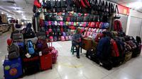 Pedagang tas menunggu pembeli di Blok M Mal, Jakarta Selatan, Selasa (8/1). Menurun drastisnya pengunjung Mal Blok M sangat dirasakan pedagang. (Liputan6.com/Johan Tallo)
