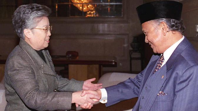 BJ Habibie yang menjabat sebagai Menteri Negara Riset dan Teknologi (Menristek) disambut oleh Menteri Perdagangan dan Kerjasama Ekonomi Luar Negeri China, Wu Yi di Beijing pada 27 Oktober 1997. (AP Photo / Xinhua)