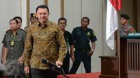 Basuki Tjahaja Purnama atau Ahok berjalan menuju kursi terdakwa untuk menjalani sidang lanjutan kasus dugaan penodaan agama di Auditorium Kementan, Jakarta, Selasa (11/4). Sidang ke-18 ini beragenda pembacaan tuntutan. (Liputan6.com/Pool/Raisan Al Farisi)