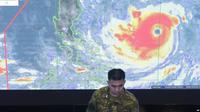 Anggota Angkatan Udara Filipina sedang memantau pergerakan Topan Mangkhut (AP/AAron Favila)