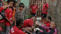 Beberapa pemain Liga Super Indonesia seperti Leonard Tupamahu, Titus Bonay, Aditya Harlan, Syahroni dan Achmad Jufriyanto bermain sepak bola tarkam di lapangan sepak bola Latus, Kedaung Tangerang Selatan.  (Bola.com/Peksi Cahyo)