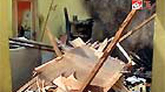 Lagi-lagi tabung gas elpiji meledak. Kali ini menimpa seorang warga Desa Sempolan, Jember, Jawa Timur, Sabtu (10/7). Dahsyatnya ledakan mengakibatkan rumah korban hancur berantakan, dan dua orang penghuninya mengalami luka bakar serius.