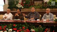 Menteri PPN/Kepala Bappenas Bambang Brodjonegoro (kedua kanan) memberikan keterangan pers terkait pemindahan Ibu Kota di Istana Negara, Jakarta, Senin (26/8/2019). Pemerintah berkomitmen tidak akan menggunakan APBN yang bersumber dari penerimaan pajak. (Liputan6.com/Angga Yuniar)
