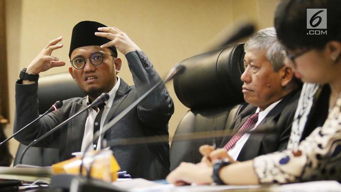 Ekspresi Dahnil Anzar Simanjuntak (kiri) saat memberi penjelasan dalam diskusi publik di kantor staff presiden, Jakarta, Kamis (7/9). Dalam kesempatan itu, Dahnil Anzar menyarankan agar pejabat dan politisi belajar Pancasila. (Liputan6.com/Angga Yuniar)