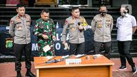 Kapolda Metro Jaya Irjen Fadil Imran (tengah) bersama Pangdam Jaya Mayjen Dudung Abdurachman (kedua kiri) memberi keterangan terkait penyerangan petugas di Polda Metro Jaya, Jakarta, Senin (7/12/2020). Enam pengikut Rizieq Shihab ditembak mati karena melawan polisi. (Liputan6.com/Faizal Fanani)