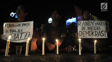 Mahasiswa Ikatan Mahasiswa Muhammadiyah (IMM) melakukan aksi solidaritas di depan Gedung Muhammadiyah, Jakarta, Kamis (26/9/2019). Aksi itu mendoakan almarhumah Randi, salah satu mahasiswa Universitas Haluoleo yang tewas saat dmeonstrasi di depan kantro DPRD Sulut. (merdeka.com/Iqbal S Nugroho)