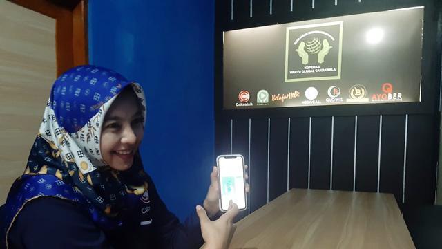 Novi Wahyuningsih memperlihatkan aplikasi Cakra Talk yang sudah diunduh dari playstore. (Foto: Liputan6.com/Istimewa/Muhamad Ridlo)