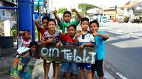 """Sebagian besar bocah dan remaja di Indonesia, sedang getol dengan fenomena """"om telolet om"""", termasuk di Yogyakarta. (Liputan6.com/Yanuar H)"""
