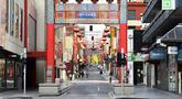 Suasana sebuah jalan di Pecinan Melbourne, Australia (3/8/2020). Negara Bagian Victoria mengeluarkan Status Darurat Bencana sejak Minggu (2/8) malam waktu setempat. (Xinhua/Bai Xue)