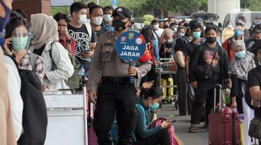 FOTO: Calon Penumpang Bandara Soetta Mengular Antre Rapid Test