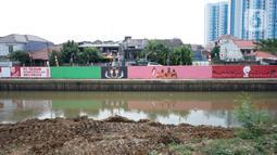 Mural bertema Kemerdekaan RI menghiasi dinding turap Sungai Ciliwung di kawasan Kampung Melayu, Jakarta, Minggu (16/8/2020). Mural karya petugas Pekerja Penanganan Sarana dan Prasarana Umum (PPSU) tersebut dibuat dalam rangka memeriahkan HUT ke-75 RI. (Liputan6.com/Immanuel Antonius)