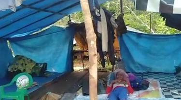Kakek Tahir, lansia pemakai ikat pinggang penahan lapar, berbaring di tenda pengungsi di Konawe Utara.(Liputan6.com/Ahmad Akbar Fua)