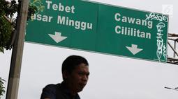 Plang penunjuk arah lalu lintas yang dihiasi coretan di kawasan Pancoran, Jakarta, Rabu (15/2). Meskipun berada cukup tinggi, plang tersebut tidak luput dari tangan tidak bertanggung jawab yang melakukan aksi vandalisme. (Liputan6.com/Immanuel Antonius)