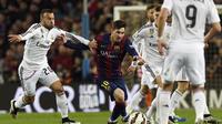 Striker Barcelona, Lionel Messi (tengah), beraksi di antara para pemain Real Madrid pada laga El Clasico musim 2014-2015. (AFP PHOTO / Lluis Gene)