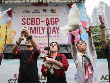 Menteri KKP Susi Pudjiastuti (kanan) dan Pendiri Artha Graha Peduli, Tomy Winata (kiri) melepas burung secara simbolis pada acara Family Day Artha Graha Peduli (AGP) di Pasar Akhir Pekan SCBD, Jakarta, Minggu (25/11). (Liputan6.com/Fery Pradolo)