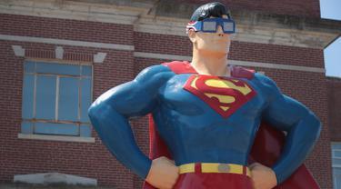 Patung Superman setinggi 15 kaki memakai kacamata gerhana matahari di Metropolis, Illinois (18/8). Gerhana Matahari Total akan melintasi kota Metropolis di Southern Illinois. (Scott Olson / Getty Images / AFP)