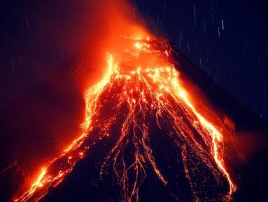 Pemandangan ketika lava panas keluar dari puncak Gunung Mayon yang berada di Kota Legazpi, Provinsi Albay, Filipina, Selasa (23/1). Gunung berapi paling aktif di Filipina ini mengeluarkan lava, abu, dan asap. (AP Photo/Bullit Marquez)