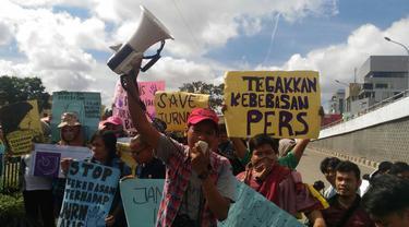 Koordinator Aksi AJI Palembang menyuarakan kecaman terhadap aksi intimidasi yang dilakukan anggota polisi terhadap wartawan perempuan di Palembang (Liputan6.com / foto : ist - Nefri Inge)