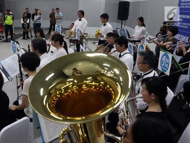 Orkes Tiup Jepang Jakarta tampil menghibur penumpang Moda Raya Terpadu (MRT) di Stasiun Bundaran HI, Minggu (21/7/2019). Aksi Orkes Tiup Jepang yang terdiri dari instrumen tiup, kuningan dan perkusi oleh warga Jepang yang tinggal di Jakarta ini merupakan hiburan gratis. (Liputan6.com/Johan Tallo)