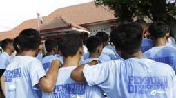 Para anak didik mendengarkan instruksi saat mengikuti pelatihan bersama Rahmad Darwaman di Lembaga Pemasyarakatan Anak Tangerang, Banten, Senin (26/8). Latihan ini dalam rangka rencana pembuatan film. (Bola.com/Vitalis Yogi Trisna)