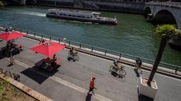 Warga menikmati suasana di sepanjang Sungai Seine dalam acara Paris Plages, Paris, Prancis, 18 Juli 2020. Acara Paris Plages digelar dari 18 Juli hingga 30 Agustus, menawarkan beragam kegiatan di tepi Sungai Seine dan Bassin de la Villette. (Xinhua/Aurelien Morissard)