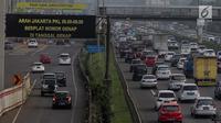 Kondisi arus lalu lintas di pintu masuk Gardu Tol Cibubur 2 saat pemberlakuan sistem ganjil genap di Jakarta, Senin (16/4). Kebijakan ini diterapkan untuk mengurai kemacetan di ruas Tol Jagorawi. (Liputan6.com/Faizal Fanani)