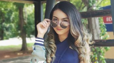 Salah satu fashion item yang tak boleh dilewatkan wanita yang akrab disapa Ersya adalah kacamata. Selain melindungi mata dari sinar matahari, kacamata dengan lensa gelap membuat penampilan semakin trendi. (Liputan6.com/IG/@ersyaurel)
