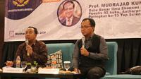 Menurut Guru Besar Universitas Gadjah Mada (UGM), Mudrajad Kuncoro, memberikan pemaparan dalam Seminar Authorpreneur untuk Kampus Pramita, di Tangerang. (Liputan6.com/Pramita Tristiawati)
