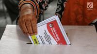 Warga memasukkan surat suara yang telah dicoblos saat mengikuti simulasi pemungutan dan pencoblosan surat suara Pemilu 2019 di Taman Suropati, Jakarta, Rabu (10/4). Simulasi dilakukan untuk meminimalisir kesalahan dan kekurangan saat pencoblosan pemilu pada 17 April nanti. (Liputan6.com/Johan Tallo)