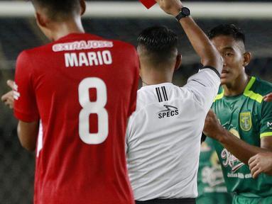 Pemain Persebaya Surabaya, Rizky Ridho (kedua dari kanan) mendapat kartu merah saat menghadapi Persik Kediri dalam laga Grup C Piala Menpora 2021 di Stadion Si Jalak Harupat, Bandung, Selasa (23/3/2021). (Bola.com/M Iqbal Ichsan)