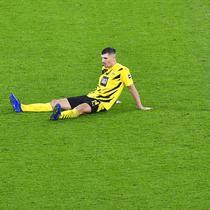 Pemain Borussia Dortmund, Thomas Meunier, terduduk lesu di lapangan usai ditaklukkan Bayern Munchen pada laga Bundesliga di Stadion Signal Iduna Park, Sabtu (7/11/2020). Bayern menang dengan skor 3-2. (AP Photo/Martin Meissner, Pool)
