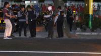 Polisi berjaga di sekitar lokasi baku tembak di Jalan Kaliurang km 9.5, Ngaglik, Yogyakarta, Sabtu (14/7). Baku tembak antara polisi dan orang atau kelompok yang belum diketahui terjadi sekitar pukul 17.00 WIB. (Liputan6.com/Helmi Fithriansyah)
