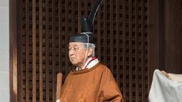 Kaisar Jepang Akihito bersiap untuk melakukan ritual di Istana Kekaisaran, Tokyo, Jepang, Selasa (12/3). Kaisar Akihito akan digantikan oleh putra sulungnya, Putra Mahkota Naruhito. (Imperial Household Agency of Japan via AP)