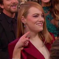 Jennifer Lawrence tertawa ngakak karena Emma Stone diledek oleh Jimmy Kimmel saat malam puncak ajang penghargaan Oscar 2018. (ABC)