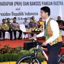 Seorang siswa menerima hadiah sepeda usai menjawab pertanyaan Presiden Jokowi dalam acara penyerahan KIP dan PKH di Kota Banjarbaru, Kalimantan Selatan (26/3). (Liputan6.com/Pool/Biro Setpres)