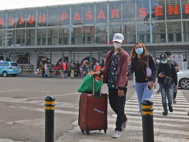 Penumpang kereta api Dharmawangsa Surabaya Pasarturi–Pasar Senen tiba di stasiun Senen, Jakarta, Minggu (3/01/2021). PT KAI Daop 1 memprediksi puncak arus balik libur Natal dan Tahun Baru 2021 terjadi pada 3-4 Januari 2020. (Liputan6.com/Herman Zakharia)