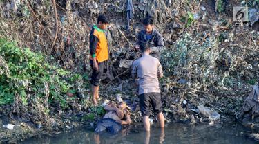 Polisi dan warga mengamankan terduga pelaku pelecehan seksual yang menceburkan diri di Kali Ciliwung, Manggarai, Jakarta, Minggu (7/6/2019). Pelaku dikejar massa usai melakukan pelecehan dengan modus mencegat korban perempuan mendapat hadiah dari sayembara televisi. (Liputan6.com/Fery Pradolo)