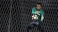 Kiper Timnas Indonesia, Awan Setho, menangkap bola saat latihan di Stadion Patriot, Bekasi, Senin (2/10/2017). Latihan ini merupakan persiapan jelang laga persahabatan melawan Kamboja. (Bola.com/Vitalis Yogi Trisna)