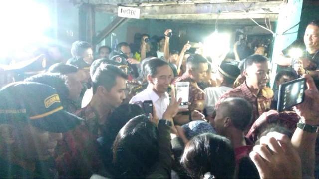 Sebanyak 1.200 paket sembako dibagikan Jokowi saat kunjungan ke Desa Cibuluh, Kotamadya Bogor.
