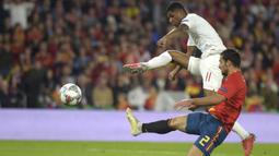 Striker Inggris, Marcus Rashford, melepaskan tendangan saat melawan Spanyol pada laga UEFA Nations League di Stadion Benito Villamarin, Sevilla, Senin (15/10). Spanyol kalah 2-3 dari Inggris. (AFP/Jorge Guerrero)