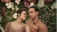 Berikut penampakan cincin berlian untuk pertunangan Raisa dan Hamish yang mewah dari Tiffany & Co. (Foto: Instagram/bundadefi)