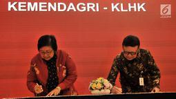 Mendagri Tjahjo Kumolo (kanan) bersama Menteri LHK Siti Nurbaya menandatangani Nota Kesepahaman di Jakarta, Selasa (19/2). Kemendagri, MK, KLHK, OJK, dan PPATK menyepakati kerja sama pemanfaatan data kependudukan. (Merdeka.com/Iqbal Nugroho)